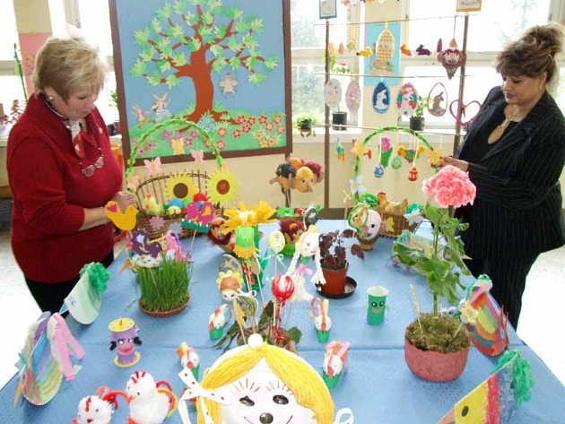 Velikonoční výstavka se velmi líbila také samotným učitelkám studentů, kteří velikonoční předměty pečlivě vytvářeli v rámci praktické výuky.