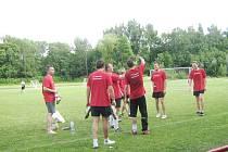 Vítězní Krasavci. Tým složený především z bývalých hokejistů, slaví prvenství ve fotbalovém turnaji.
