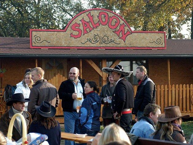 Otevření westernového salónu v Rychvaldu okořenilo vystoupení mistrů Evropy v umění s kolty a bičem.