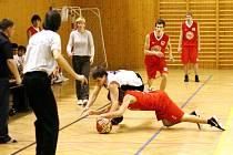 Karvinští basketbalisté (v bílém) dosáhli v lize mladých mužů skvělého úspěchu. Porazili vedoucí Nymburk.