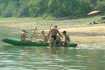 Na Žermanické přehradě je nedostatek vody. Díky tomu může brzy dojít k omezení odběru pro průmyslové subjekty.