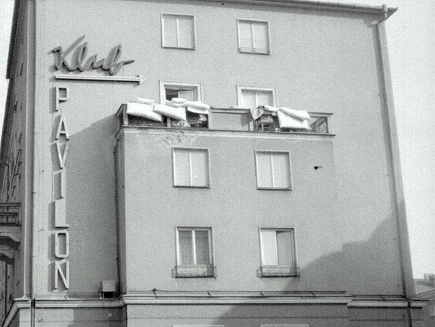 Dobový snímek budovy s neonovým poutačem.