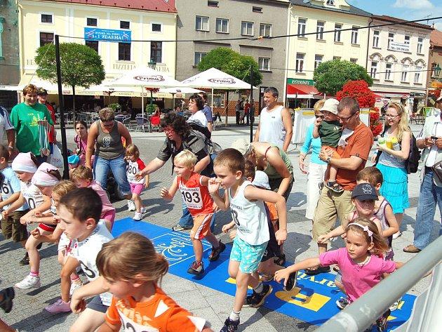 Na trať běhu Karvinou právě vyráží nejmladší generace účastníků.