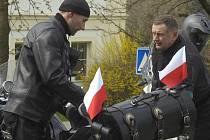 Polští motorkáři na hřbitově ve Stonavě