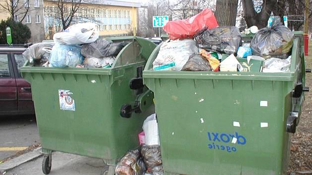 Nejkritičtější stav s odpady byl přímo na Štědrý den ráno. Technické služby s tím počítaly a právě v tento okamžik kontejnery vyvážely.