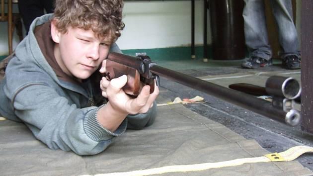 Střelecké umění si mohli vyzkoušet i žáci havířovských základních škol.