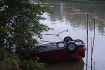 Auto skončilo v rybníku na střeše