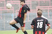 Fotbalisté Havířova (na snímku s míčem Aniol, přihlíží Szkuta) mají za sebou nepodařenou generálku s Frýdkem-Místkem.