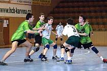 Mládežnické soutěže v házené pokračovaly. Na snímku starší žáci HCB OKD, zleva Mrózek, Poliačík a Lukács (v zeleném).