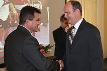 V Karviné se oceňovali nejlepší sportovci města za rok 2009. Na snímku přebírá cenu trenér MFK OKD Karviná Jan Laslop (vpravo).