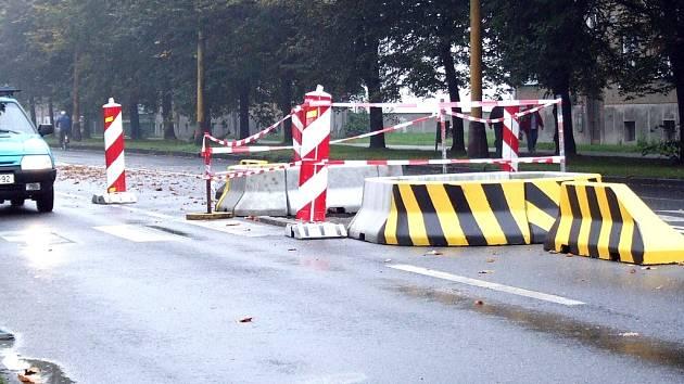 Nepozorného řidiče může přechod na silnici překvapit.