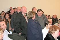 Lidé při diskusi o Dolní Suché