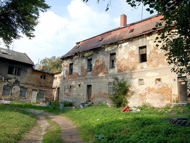 Ruina, ovšem v dobrém stavu z pohledu statiky objektu. Takový je současný stav zámku v Dolní Lutyni.