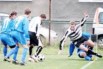 Derby pro Bohumín. Střelec druhého gólu domácích Kukuliač (pruhovaný dres) byl právě sestřelen u postranní čáry hostujícím Čubokem.