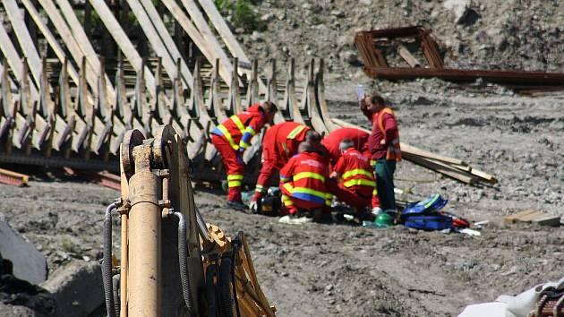 Záchranáři na místě pracovního úrazu