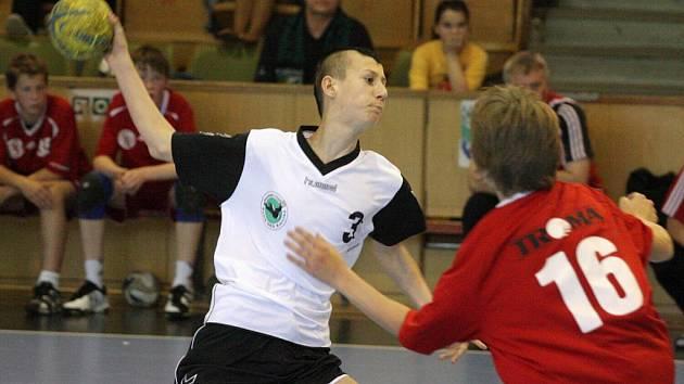 Mladí hráči Karviné (v bílém Zbořil) předvádějí na podzim výborné výkony.
