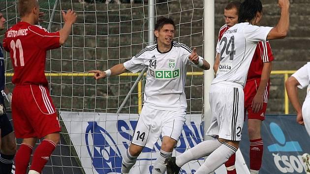 Tomas Radzinevičius (uprostřed s č. 14) se raduje z prvního gólu do sítě Třince. Druhý přidal sám.