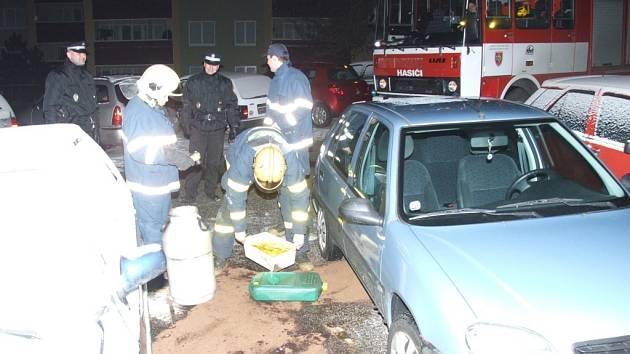 Únik paliva museli zajistit hasiči