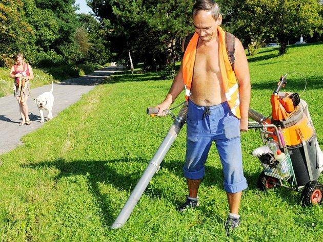 Zaměstnanci pracující na úklidu města využívají vysavač na psí výkaly téměř každý den.