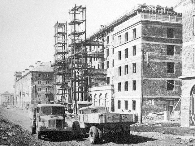 Výstavba Společenského domu Lučina v roce 1956.
