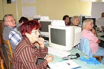 Senioři věří, že se v kurzu naučí základům práce s počítačem.