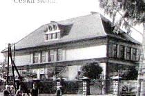 Snímek z roku 1928 zachycuje budovu první české školy v Těrlicku.