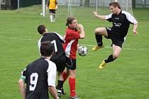 Derby mezi Dětmarovicemi a Horní Suchou (tmavé dresy) rozhodla sporná penalta.