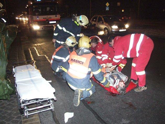 Zraněnému chodci poskytli záchranáři základní první pomoc přímo na místě nehody.