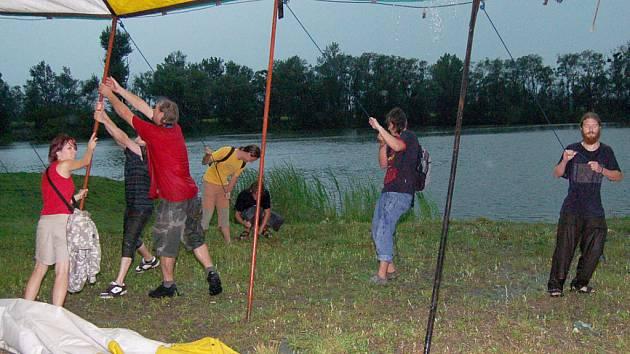 Návštěvníky hudebního Festivalu Dokořán překvapil v pátek vpodvečer prudký déšť, ovšem organizátoři byli na nepřízeň počasí připraveni. Všechny scény byly kryté.