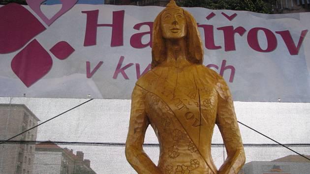 Socha vyrobená pro Havířov v květech dostala od lidí jméno Královna květů