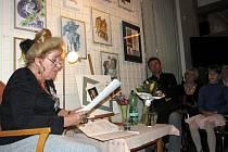 Autorské čtení Marie Szottkové na vernisáži o Ostravě.