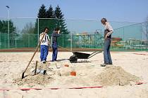 Povrch fotbalového hřiště, ale i tenisových kurtů v novém sportovním areálu byl pokryt umělou trávou.