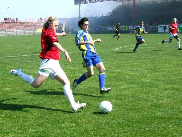 David Kozel (v červeném dresu) potvrdil střeleckou formu i v zápase s Lichnovem.