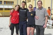 Vítězná ženská dvojice s trenérem Michalem Provazníkem a ředitelem turnaje Jaroslavem Vlachem.