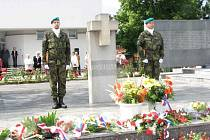 Čestnou stráž u památníku drží každý rok po celou dobu slavnostního vzpomínkového aktu vojáci české armády.