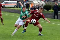 Karvinští fotbalisté (vlevo Vladan Milosavljev) budou dnes bojovat o míč na Slovácku.
