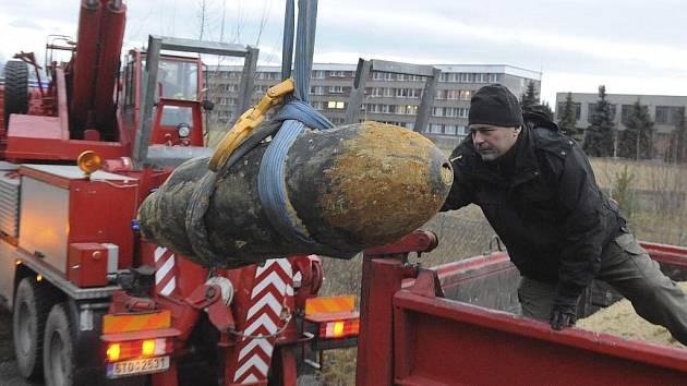 Člen pyrotechnické služby Policie ČR Marek Němec vykládá leteckou pumu, která byla 9. prosince převezena do muničního skladu u Frýdku-Místku.