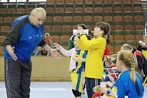 Házenkářská omladina Sokola potřebuje dostávat rady trenérů.