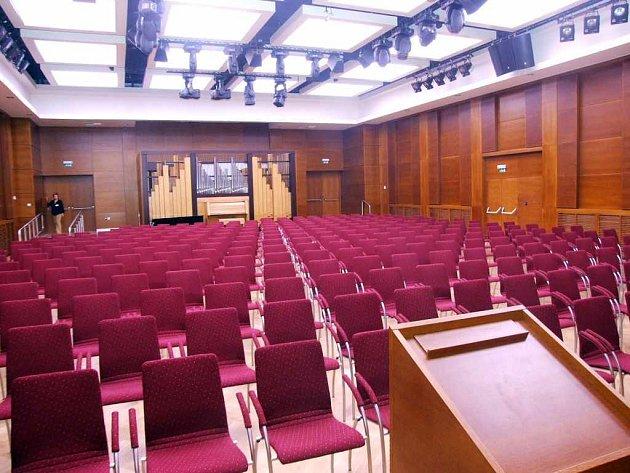 Vysoce moderní je víceúčelový sál. Má výborné ozvučení i mnoho variant osvětlení. Jedná čelní stěna je posuvná, čímž se dá upravovat velikost sálu.