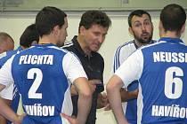 Trenér Havířova Ivan Pelikán (v černém) marně burcoval své hráče. Ti prohráli 0:3.