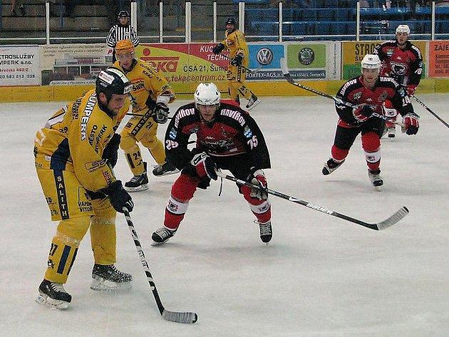 Havířovští hokejisté (v červenočerném) porazili v přípravě Šumperk na jeho ledě 2:1.