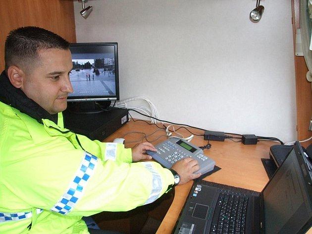 Mobilní služebna Městské policie v Havířově, strážník Ivo Mrázek při práci s kamerou