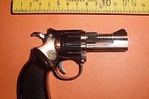 Pachatel použil jako zbraň maketu, která slouží jako plynový zapalovač