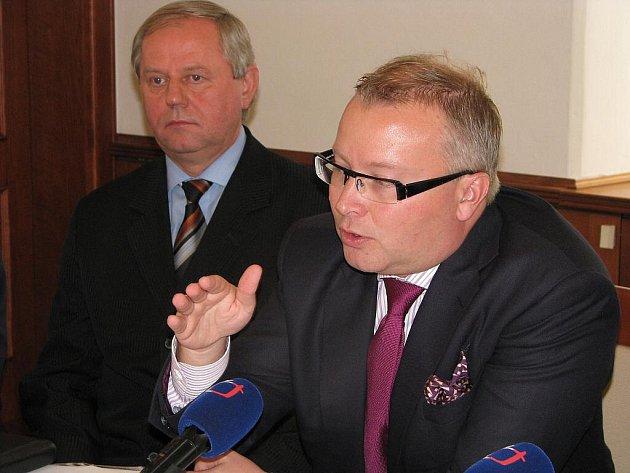 Ministr Tomáš Chalupa na tiskové konferenci po jednání komise životního prostředí v Havířově v říjnu 2011