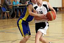 Basketbaloví kadeti (na snímku v bílém Dalimil Morys) mají po čtyřech kolech tři výhry.