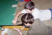 Člen KB Orlová Robin Pavlík pomáhá při nabíjení vzduchovky.