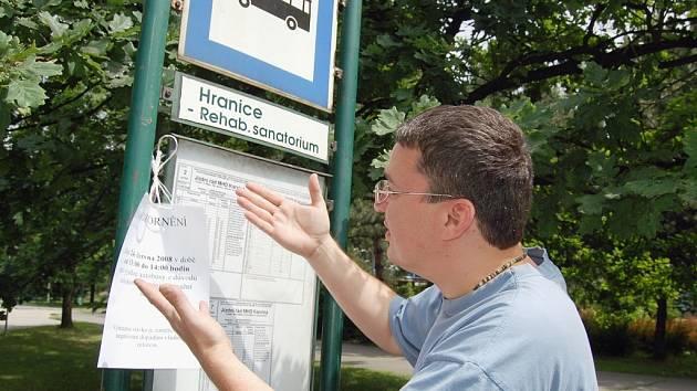 Muž na snímku si prohlíží oznámění o stávce řidičů, které odboráři ČSAD Karviná rozvěsili již několik dní dopředu.