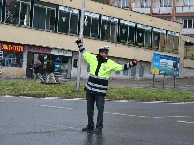 Dopravní policista řídí provoz v křižovatce