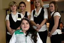Na Střední škole hotelové a obchodního podnikání v Českém Těšíně proběhl Den otevřených dveří. Prohlédnout si školu byla s rodiči i dvanáctiletá Erika Kuricová, které je na vozíku.
