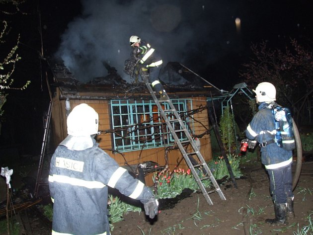 Havířovští hasiči při hašení požáru chatky.